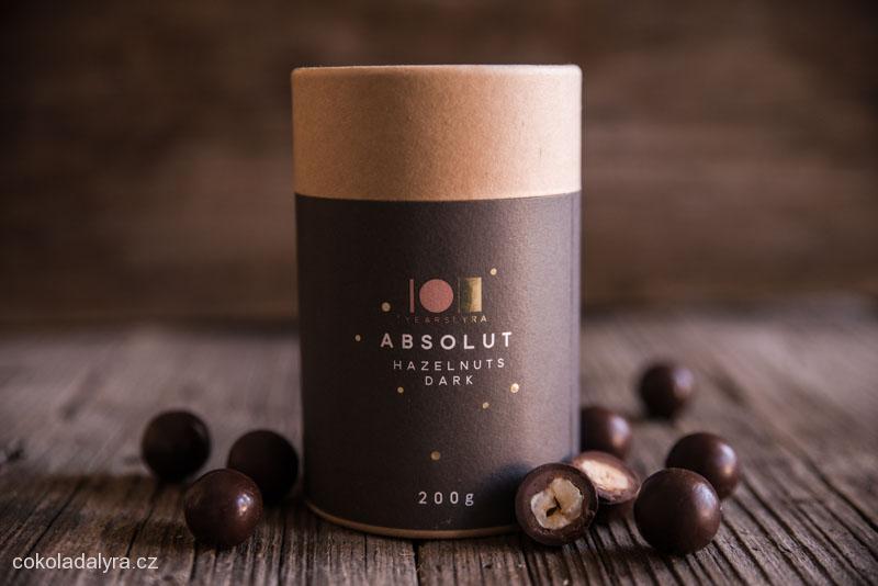 Pražené lískové ořechy v nugátu a hořké čokoládě